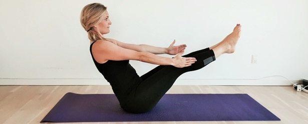 b den paripurnsa navasana yoga mave velser derhjemme. Black Bedroom Furniture Sets. Home Design Ideas