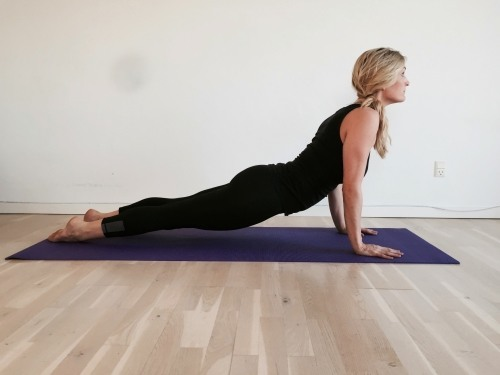 hundestilling hovedet op, yogaøvelse, urdvha mukha svanasana