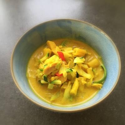 kyllingesuppe med karry, kål, kokos og lime