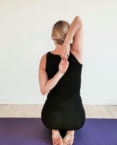 skulderøvelse mod skuldersmerter, yogastræk