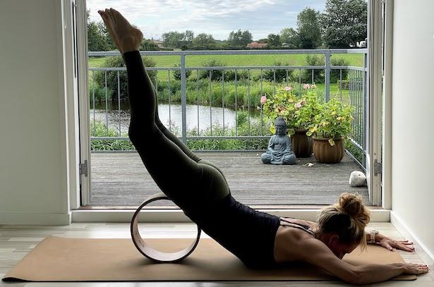 Rygstræk med yoga hjul